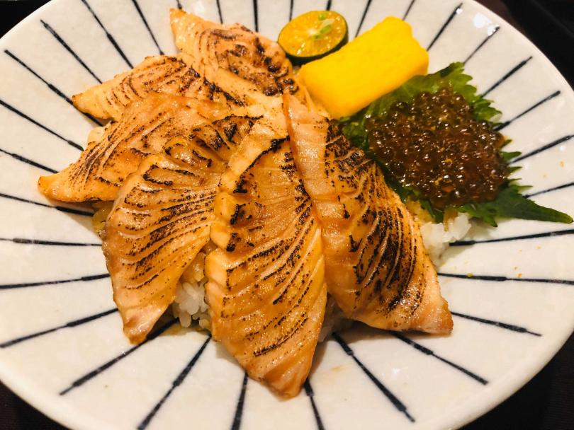 炙燒鮭魚丼。(圖/余玫鈴攝)