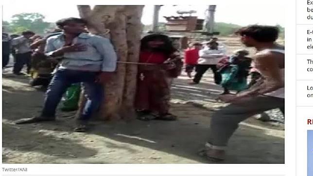 男子與其表妹被綁在樹上狠打。圖/翻攝自「India Today」