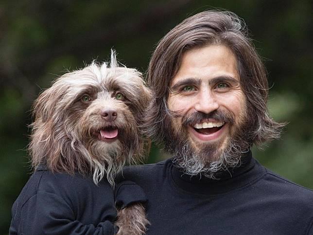吸毒男子因愛犬改變人生 趣味合照被網讚:「超像親生!」