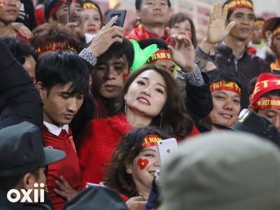 Anh Đức tặng huy chương cho mẹ, bạn gái Phan Văn Đức mắc kẹt trên khán đài