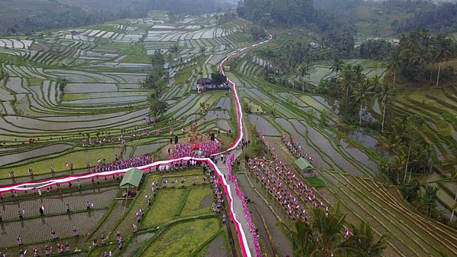 Bali Police set Indonesian national record with 1,945-meters long Indonesian flag at Jatiluwih