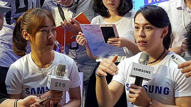 郭婞淳(右)、譚雅婷(左)認為不服輸的精神,激勵她們成績更上層樓。(陳筱琳攝)