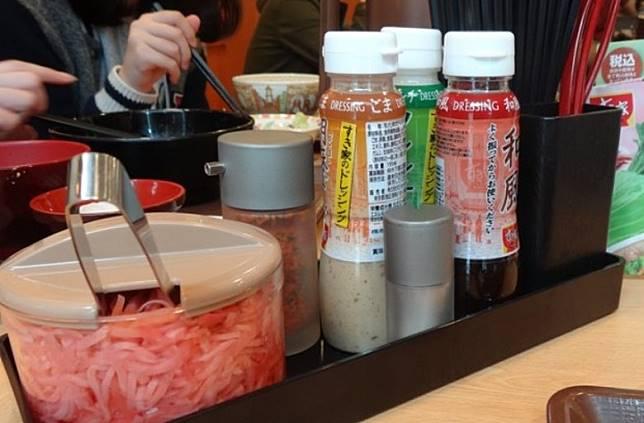 配菜配料更十分豐富,包括葱、芝士、山藥、明太子、韓國泡菜等等,選擇非常多樣。(互聯網)