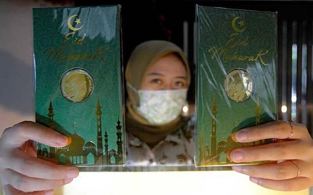 Karyawati menunjukan emas batangan edisi Idul Fitri di Kantor Pusat Pegadaian, Jakarta, Selasa (5/5/2020). Bisnis/Himawan L Nugraha