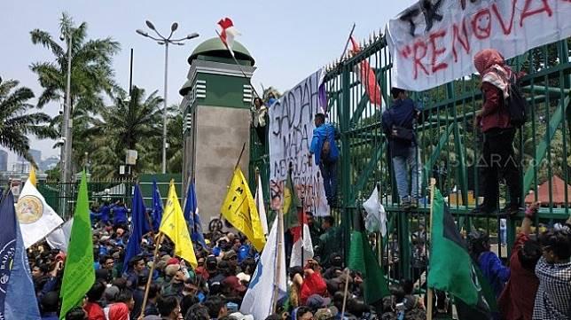 Massa yang menggelar aksi demonstrasi menolak UU KPK, RKUHP serta rancangan undang-undang bermasalah lainnya di depan gedung DPR RI, Senayan, Jakarta Pusat, Selasa (24/9/2019) siang semakin ramai. [Suara.com/Fakhri]