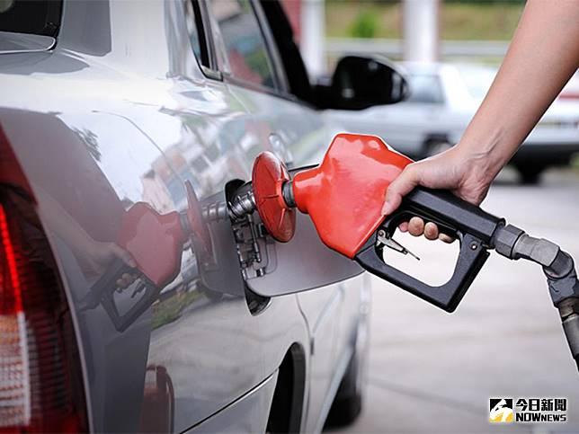中油根據浮動油價機制計算預估,下周一(26日)汽、柴油每公升調漲0.4元。(圖/NOWnews 資料照片)