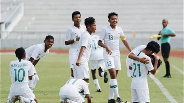 Para pemain tim nasional U-15 Indonesia merayakan gol ke gawang Vietnam di laga Grup A Piala AFF U-15 2019 di Thailand, Sabtu (27/7). Laga itu berakhir dengan skor 2-0 untuk kemenangan Indonesia. (ANTARA/HO/PSSI)
