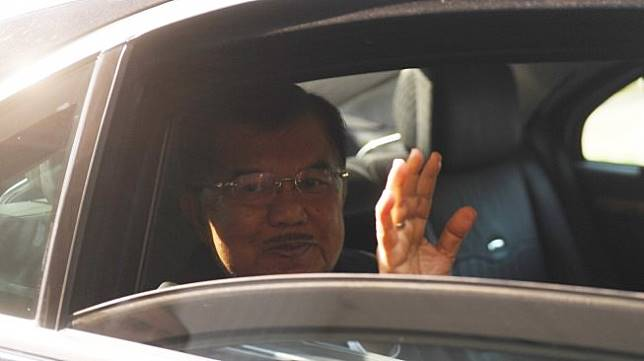 Wakil Presiden Jusuf Kalla melambaikan tangan dari dalam mobil sebelum meninggalkan Istana Wakil Presiden pada hari terakhirnya bertugas di Jakarta, Sabtu (19/10). [ANTARA FOTO/Akbar Nugroho Gumay]