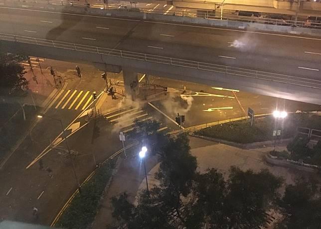 警方在西灣河發射催淚彈。(受訪者提供)
