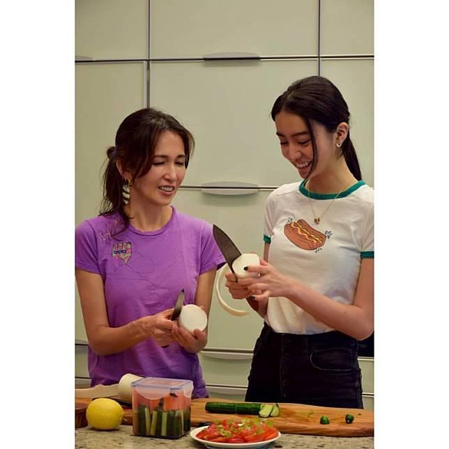 光希跟媽咪學煮餸,場面溫馨。