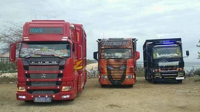 Potret ekspresi orang luar negeri yang heran melihat truk modifikasi. (Facebook/Hafisijek)