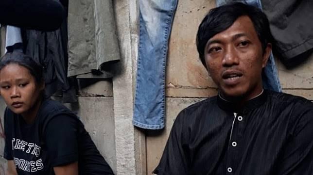 Yuni Sari (27) didampingi sang suami Husaeni (34) menjelaskan kronolgi bayi AH yang meninggal karena tersedak pisang akibat lalai, di Jakarta, Senin (9/12/2019). (ANTARA/DEVI NINDY)