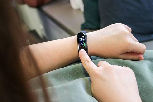 小米手環4的觸控屏幕支援彩色顯示,界面更加吸引。