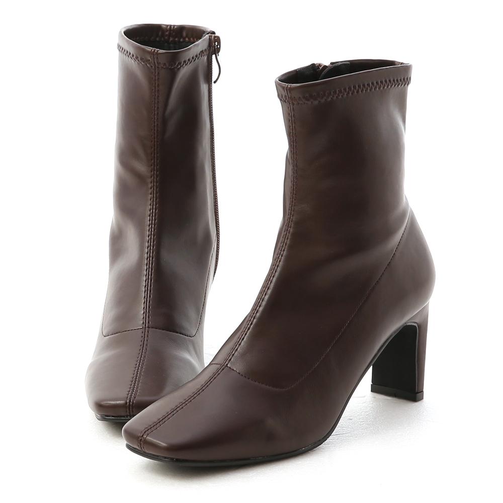 到處都是瘋女人最新聯名款登場! 超有型的復古方頭鞋型時髦度100% 最有特色的地方就是它的鞋跟 側面看是細跟,背面看是粗跟超特別 7cm的跟高完美打造纖長比例 選用橡膠防滑底,有效降低打滑機率 只要是