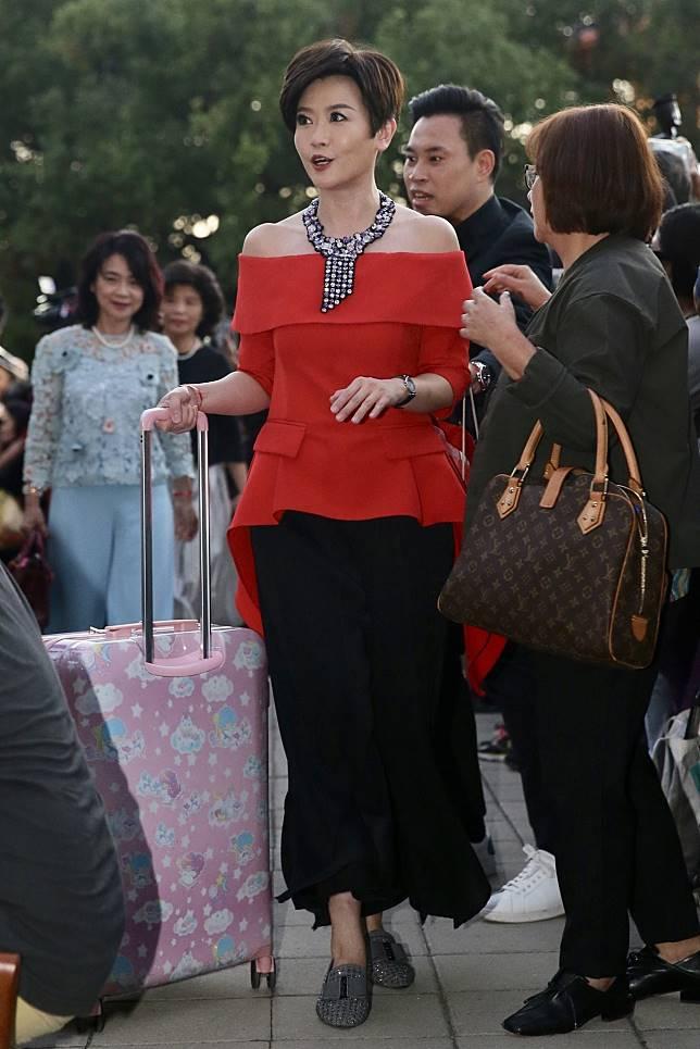特別返台參與婚宴的寇乃馨則以紅色荷葉邊上衣搭配黑色寬褲現身,並配戴藍、紫色系的項鍊。記者林伯東/攝影