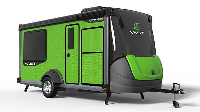 全綠色車身拖曳式露營車,更能融入大自然。(互聯網)
