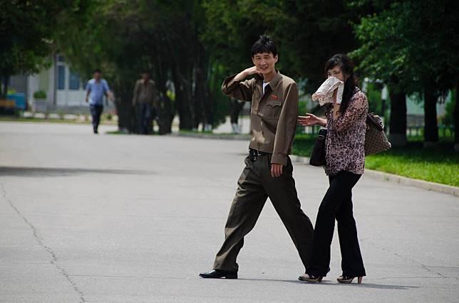 Pasangan muda-mudi kencan di Kebun Binatang Pyongyang. Foto dari Alek Sigley/Tongil Tours