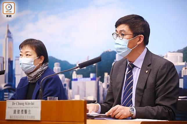鍾健禮(右)指其中一名確診武漢肺炎的病人情況由穩定轉為嚴重。(李華輝攝)