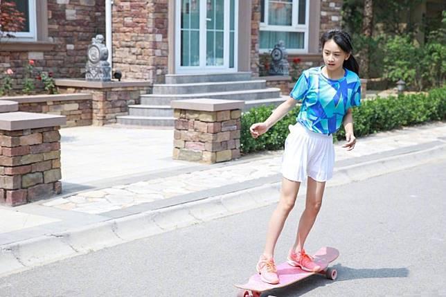 森碟踩滑板,想從最高山坡滑下,田亮很害怕她受傷,但又不忍心拒絕,於是靜雞雞跟在女兒身後。