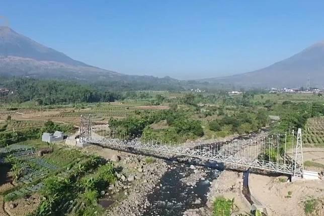 Menyambungkan wilayah terpencil dengan jembatan gantung