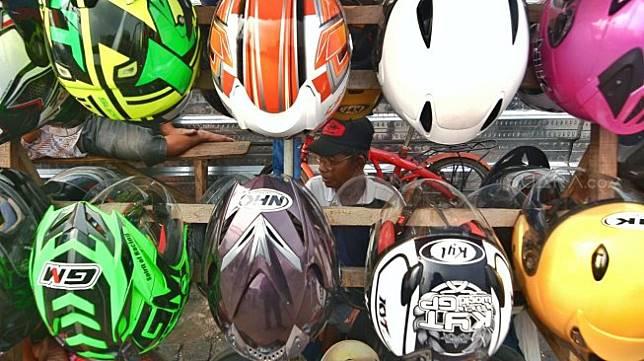 Jajaran helm yang dijual oleh pedagang di Jl Matraman, Jakarta. [Suara.com/Muhaimin A Untung]