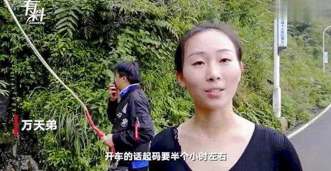 Chinese woman drops in on work colleagues to deliver lunch - from a height of 300 metres