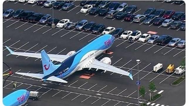 Pesawat Boeing 737 MAX di Parkiran Mobil. (Twitter/airplane_pic)