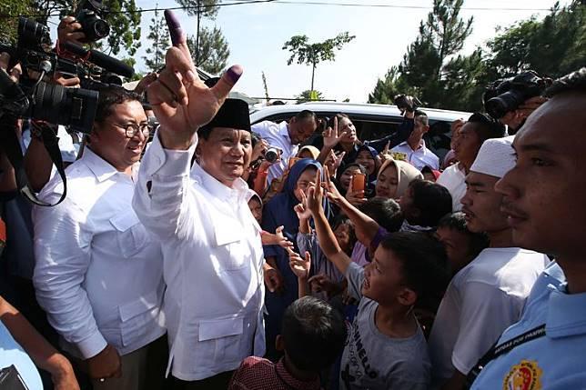 Calon Presiden no urut 02, Prabowo Subianto usai menggunakan hak pilihnya pada Pemilu 2019 di TPS 041, Bojong Koneng, Babakan Madang, Bogor, Jawa Barat, Rabu (17/04/2019). (KOMPAS.COM/KRISTIANTO PURNOMO)