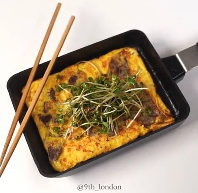 加入牛肉炮製的蛋餅更香更富肉鮮味,配以香口的沙律來吃,清爽味美。(互聯網)