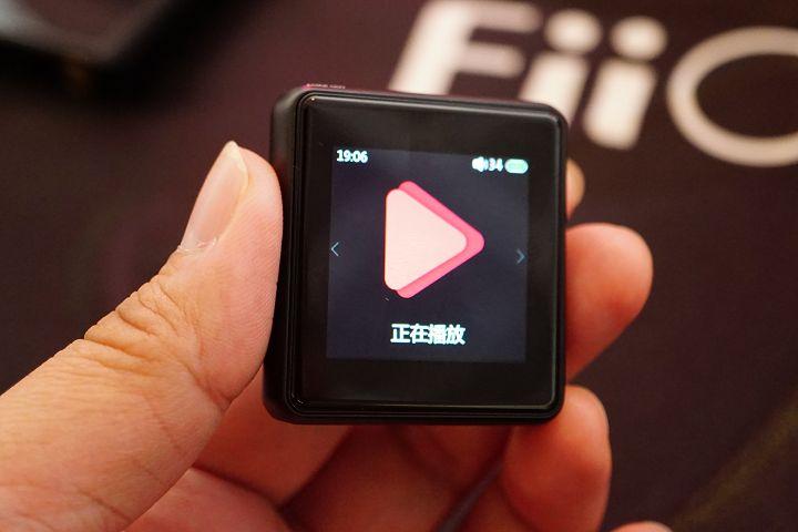 螢幕解析度為 240x240,以左右觸控滑動方式切換功能。