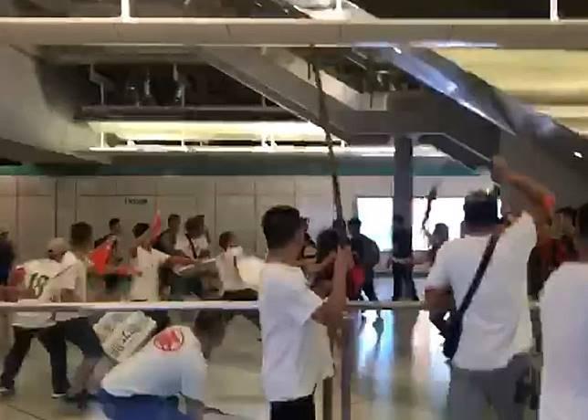 大批白衫人士在西鐵站內向黑衫市民施襲。(互聯網)
