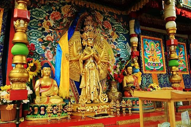 佛像腰纖身長,混合了印度與藏教的味道。(互聯網)
