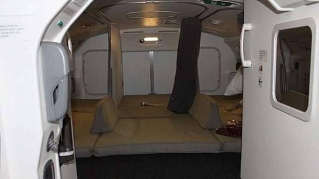 Ruang istirahat pramugari di pesawat.