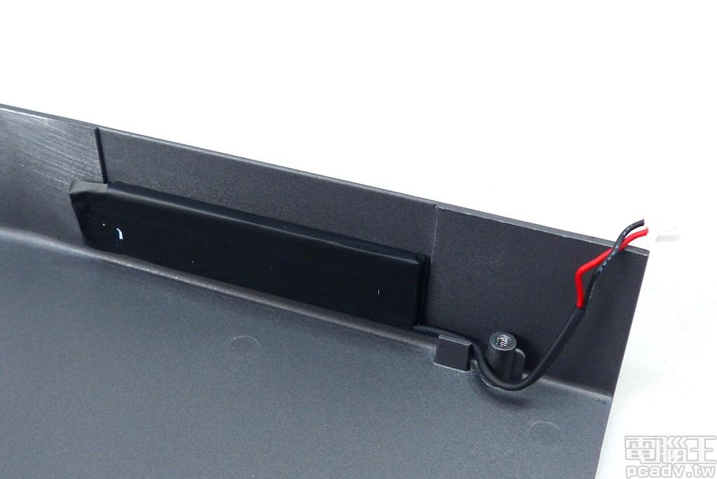 Radeon RX 5700 XT 散熱器金屬外殼具備 1 個 LED 發光模組。