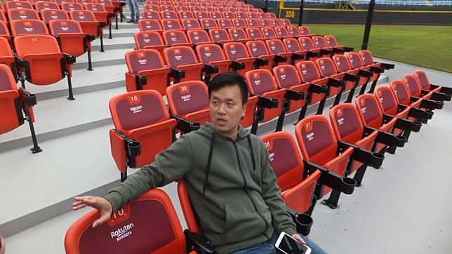 猿隊領隊劉玠廷介紹新設立的搖滾席,讓球迷有另一種看球選擇。記者藍宗標/攝影