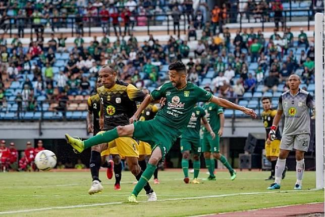 Pemain Persebaya Manuchehr Jalilov (depan) mengontrol bola dihalangi bek Barito Putera Rony Esar Beroperay di Stadion Gelora Bung Tomo, Surabaya, 9 Juli 2019 (Persebaya.id)