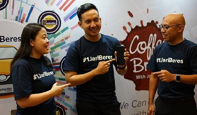 Wayan Pariama, Chief Marketing Officer Adira Insurance (paling kanan) saat mengkampanyekan slogan #1jariberes. Dok Adira