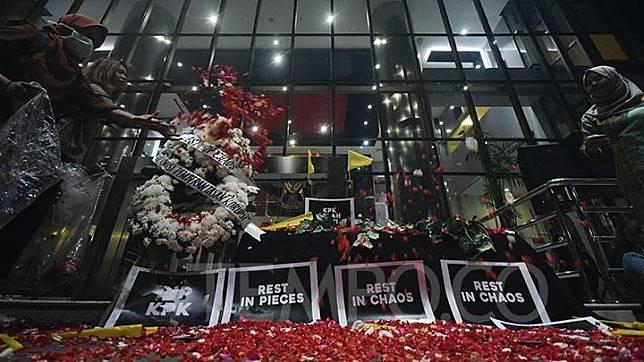 Aktivis yang tergabung dalam Koalisi Masyarakat Sipil Anti Korupsi menaburkan bunga diatas peti mati KPK, di gedung Komisi Pemberantasan Korupsi, Jakarta, Jumat, 13 September 2019. TEMPO/Imam Sukamto