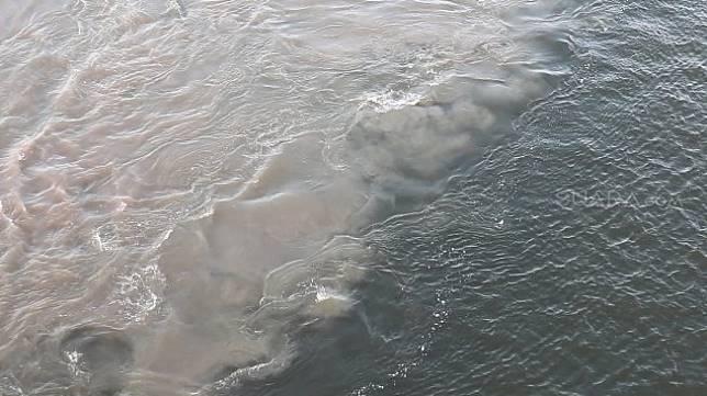 Fenomena Halocline di Selat Madura. (Suara.com/Achmad Ali)
