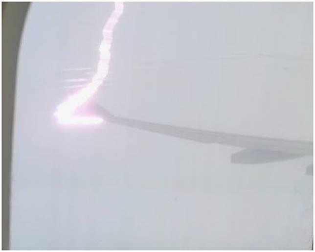 一道紫色閃電擊中機翼。微博