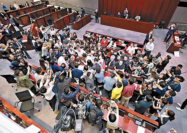 修例法案委員會主席石禮謙進入會議室已被泛民包圍。