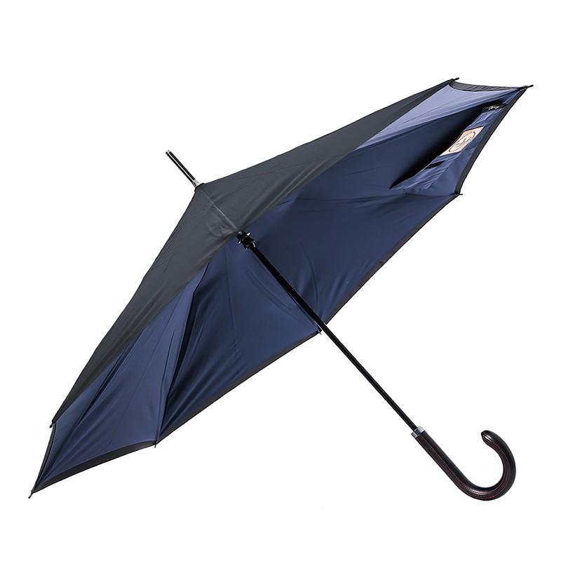 這是一款主打開車族使用的傘,方便的開收傘設計,提高反向傘包覆雨水的能力,減少被淋濕的困擾。雙層的傘布大大增加了防曬的效果,而布面的超潑水塗層,讓雨水接觸到傘面的瞬間,就變成水珠滑落,不再停留在傘面上被