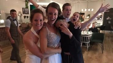 「暮光女」克莉絲汀史都華帶女友 Stella Maxwell 亂入婚禮!跟兩位新娘在舞池上跳舞、狂歡一整夜