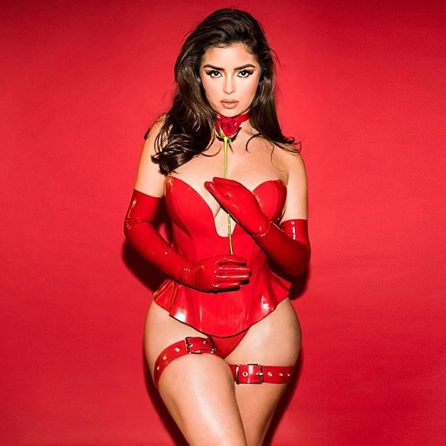 紅色乳膠裙充滿SM風味。