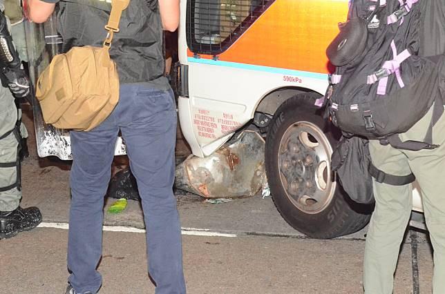 垃圾桶卡住警車。