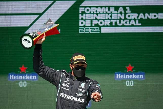 Lewis Hamilton merayakan gelar juara GP Portugal.