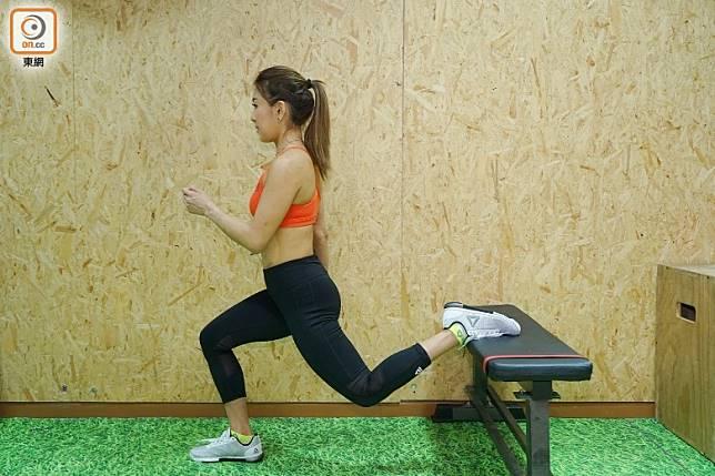 跳躍時保持核心肌群收緊,完成後換邊進行。(胡振文攝)