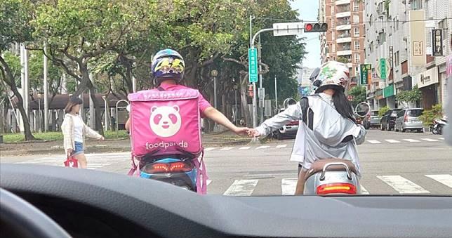 駕駛等紅燈 見粉紅熊貓甜蜜牽手16秒被閃瞎