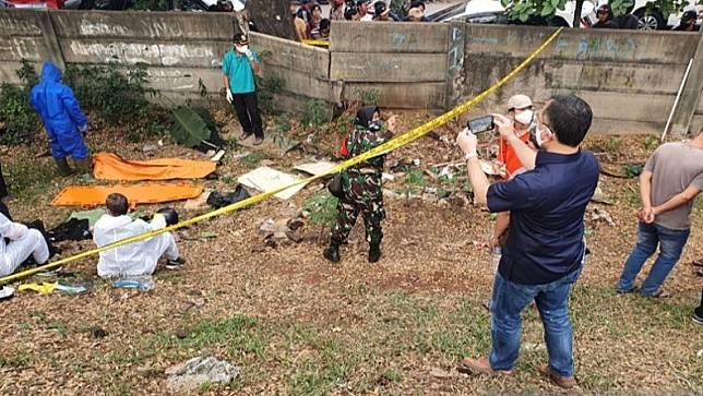 Polisi mencari barang bukti di lokasi penemuan jenazah editor Metro TV Yodi Prabowo di pinggir Tol JORR, Ulujami, Pesanggrahan, Jakarta Selatan, Jumat (10/7/2020). (Foto: Antara).