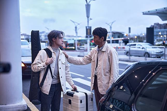 noovy《早鳥》MV:吉他手JK(左)與飾演父親的太保 1